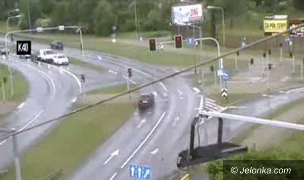 Jelenia Góra: Przejechał na czerwonym świetle i wypadł z drogi