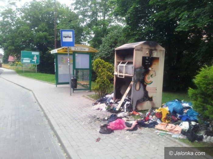 Jelenia Góra: Stertą spalonych ubrań Sobieszów wita gości