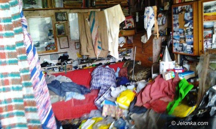Kowary: Pożar w zagraconym mieszkaniu w Kowarach