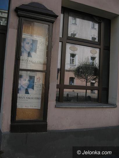 Jelenia Góra: Ten plakat straszy mieszkańców i turystów