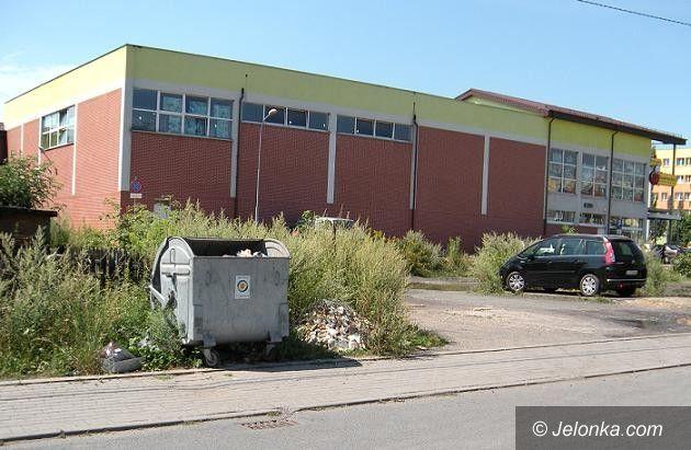 Jelenia Góra: Zaśmiecony teren za Biedronką na Zabobrzu