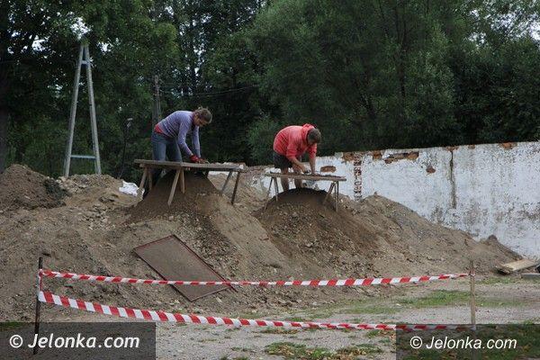 Jelenia Góra: Czego archeolodzy szukają przy wieży w Siedlęcinie?