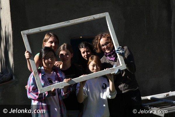 Region: Młodzi ze świata pomagają w janowickiej lecznicy