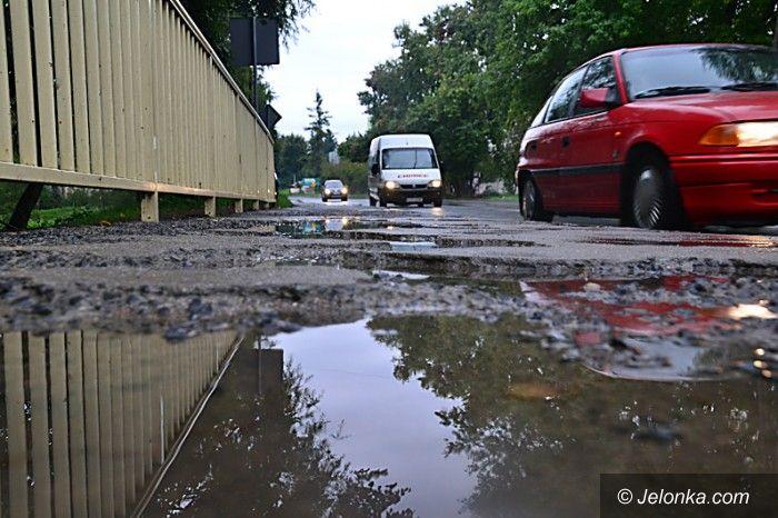 Jelenia Góra: Kałuże zamiast chodnika na moście w Cieplicach