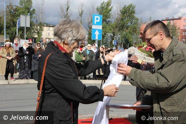 Jelenia Góra: Duch Barei odsłonił tablicę na rondzie jego imienia
