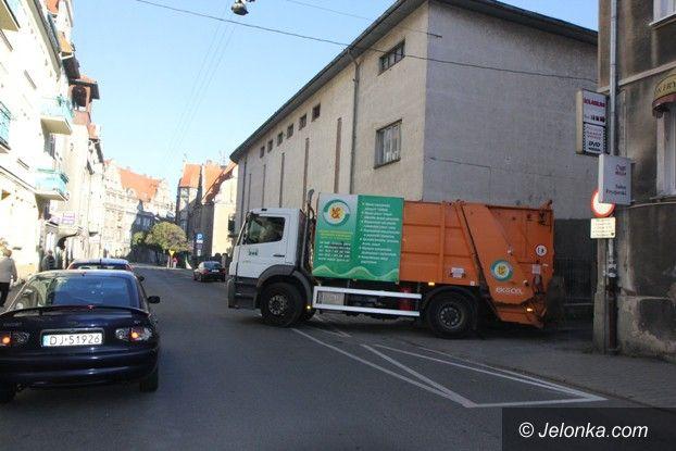 Jelenia Góra: Śmieciarka wpadła kołem do studzienki