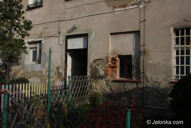 Jelenia Góra: Mieszkanie komunalne zagrzybione, ale drogie
