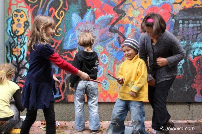 Jelenia Góra: Młodzi artyści stworzyli murale w Sobieszowie