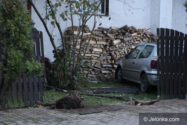 Jelenia Góra-Cieplice: Pijany kierowca wjechał w płot i próbował uciec