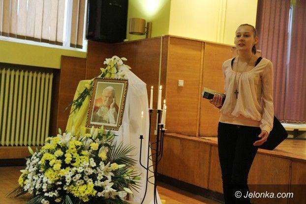 Jelenia Góra: Młodzi recytowali wiersze Jana Pawła II