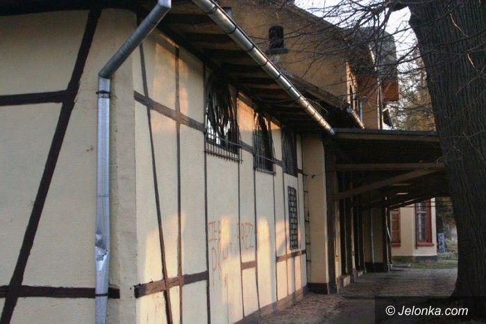 Jelenia Góra: Wandale zniszczyli nową elewację dworca