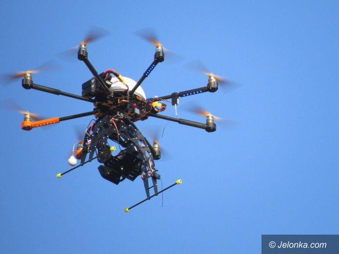 Jelenia Góra: Dziwny obiekt nad Ratuszem. Co to? Dron! (Aktualizacja)