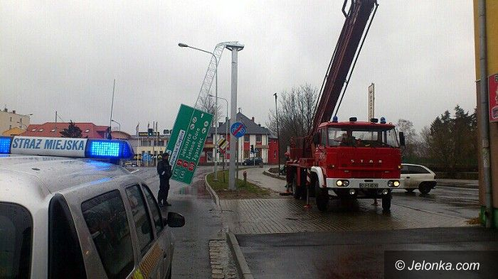 Jelenia Góra: Wiatr wygiął kratownicę z tablicą informacyjną
