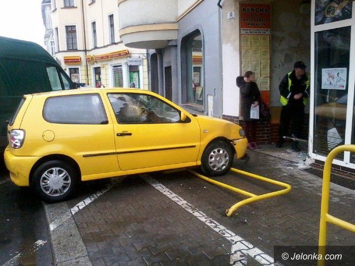Jelenia Góra: Auto wjechało w cukiernię przy Bankowej