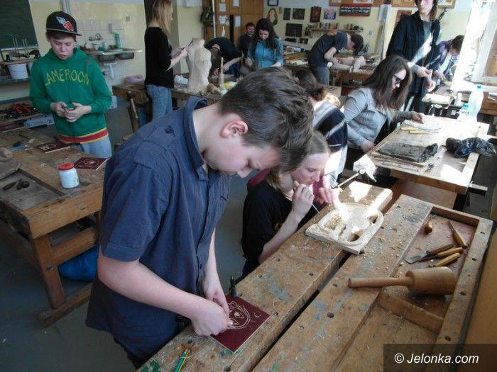 Jelenia Góra: Młodzież ze sztuką witała wiosnę