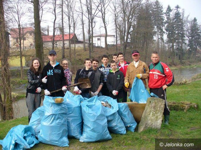 Region: Uczniowie z Janowic Wielkich sprzątali brzegi Bobru