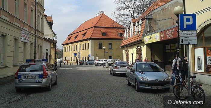Jelenia Góra: Czytelnik: Policyjne auto parkowało na zakazie!