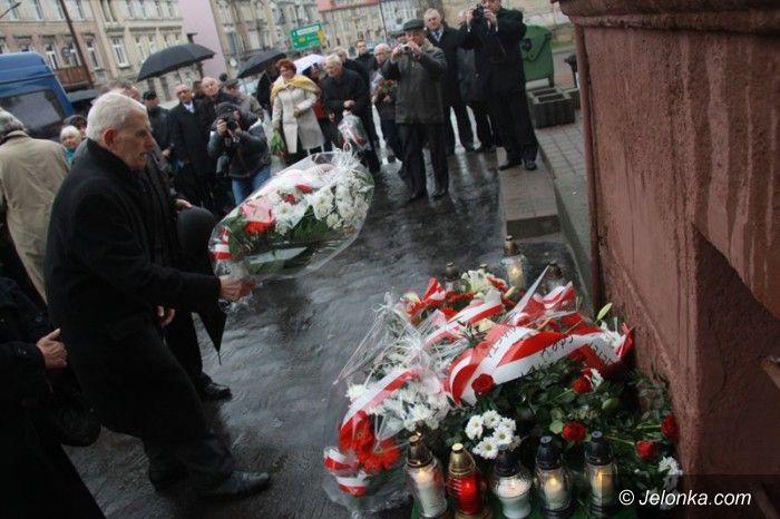 Jelenia Góra: Złożono kwiaty pod tablicą upamiętniającą Jerzego Szmajdzińskiego