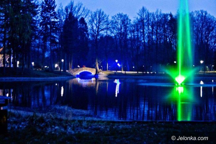 Jelenia Góra: Kolorowa (po zmroku) fontanna w Parku Norweskim (aktualizacja)