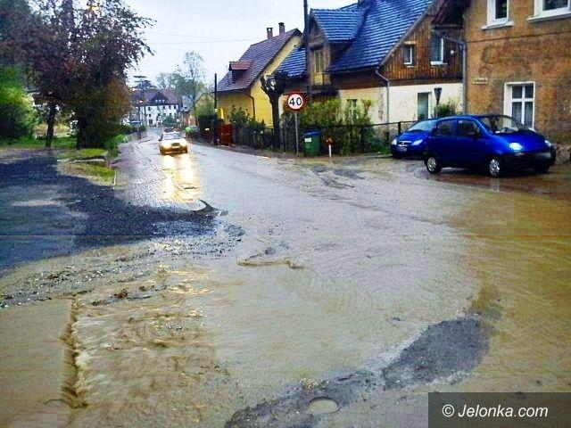 Jelenia Góra: Karkonoska po deszczu zamieniła się w rzekę
