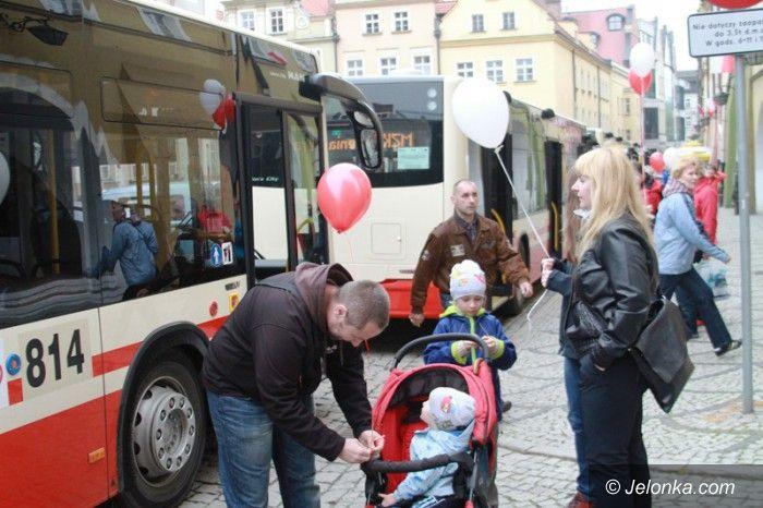 Jelenia Góra: Defilada nowych autobusów na Placu Ratuszowym