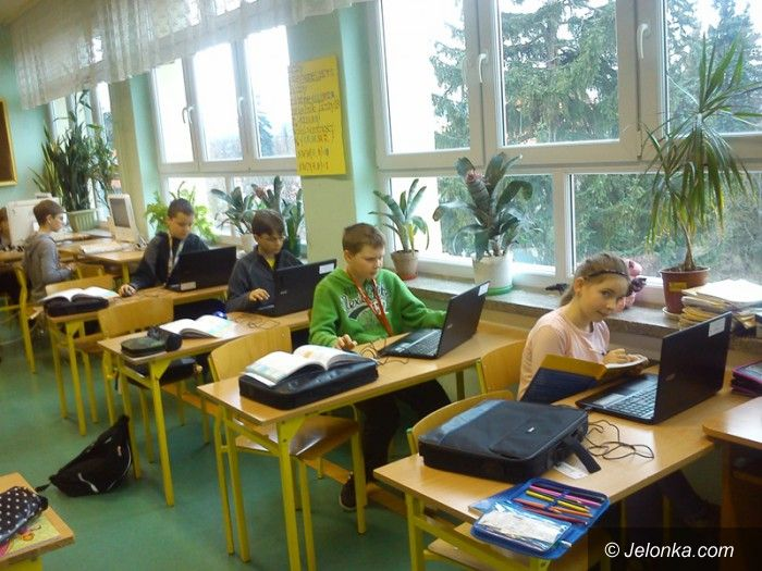 """Jelenia Góra: W """"Szóstce"""" laptopy dla uczniów i seniorów"""