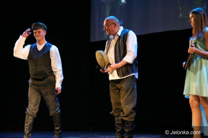 Jelenia Góra: Gwiazdy, politycy i ksiądz – zaśpiewali dla dzieci