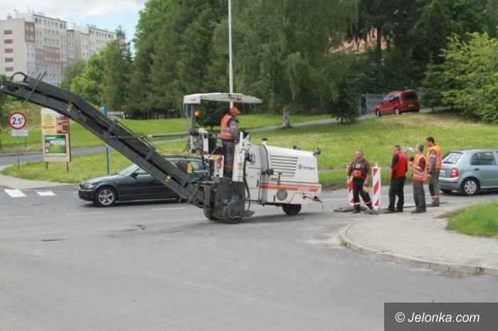 Jelenia Góra: Trwają remonty dróg. Kierowcy noga z gazu!