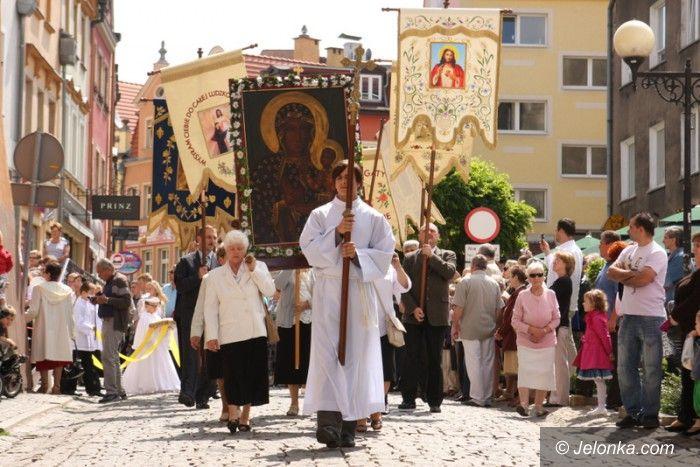Jelenia Góra: Tłumy wiernych na procesji Bożego Ciała