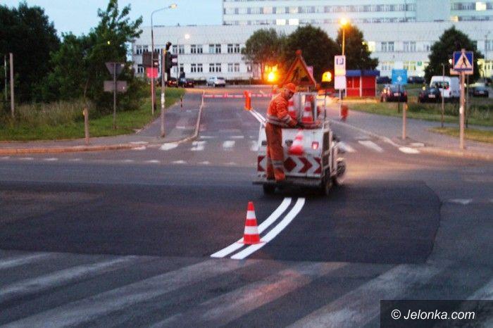 Jelenia Góra: Trwa malowanie poziomych znaków na drogach
