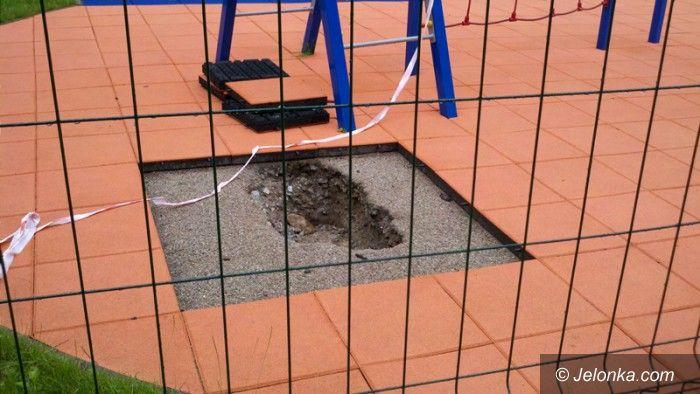 """Jelenia Góra: Na placu zabaw przy """"15"""" nie ma komu… zasypać dziury"""