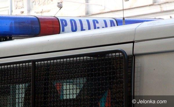 Jelenia Góra: Złodziej wódki uciekał przed ochroniarzem, wpadł pod samochód