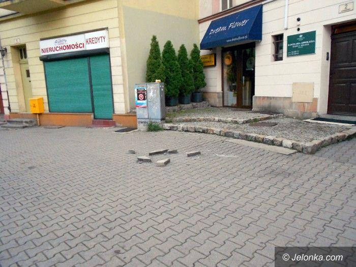 Jelenia Góra: Rzucał kawałkami betonu na jezdnię i chodnik