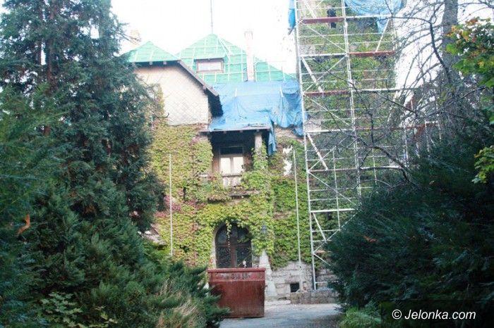 Jelenia Góra: Trwa remont dachu zabobrzańskiego zameczku