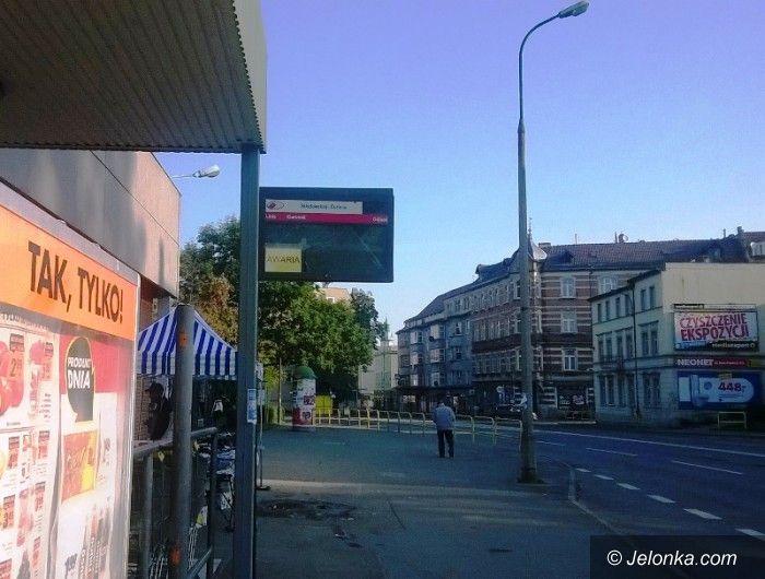 Jelenia Góra: Zniszczona tablica MZK straszy w centrum miasta