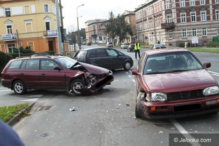Jelenia Góra: Volkswagen uderzył w toyotę. Dwie osoby w szpitalu