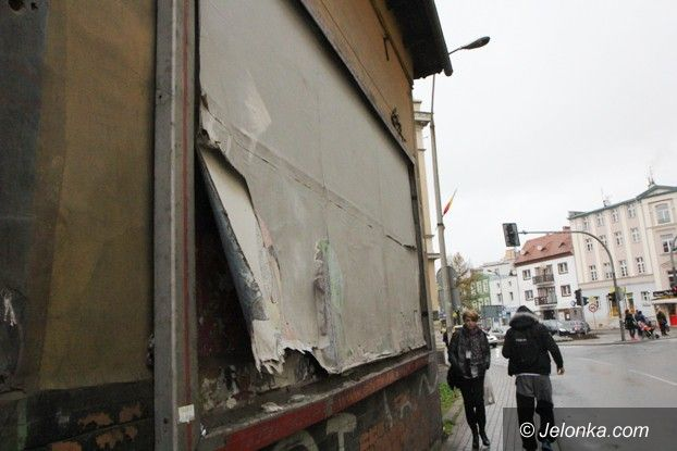 Jelenia Góra: Niebezpieczna tablica na reklamy przy Korczaka