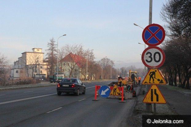 Jelenia Góra: Łatają dziury na ulicy Wolności