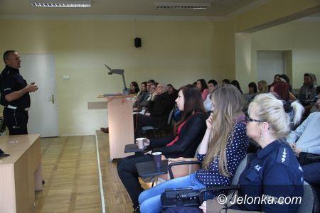 Jelenia Góra: Policjanci rozmawiali ze studentami o zagrożeniach