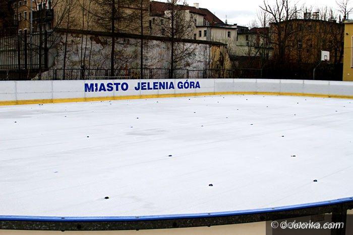 Jelenia Góra: Miejskim ślizgawkom nie sprzyja pogoda