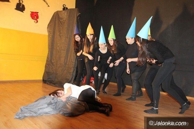 Jelenia Góra: Norwidowska młodzież zagrała spektakl dla przedszkolaków