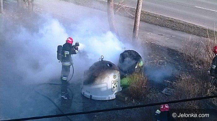 Jelenia Góra: Pożar taksówki i pojemników na odpady przy ul. Wolności