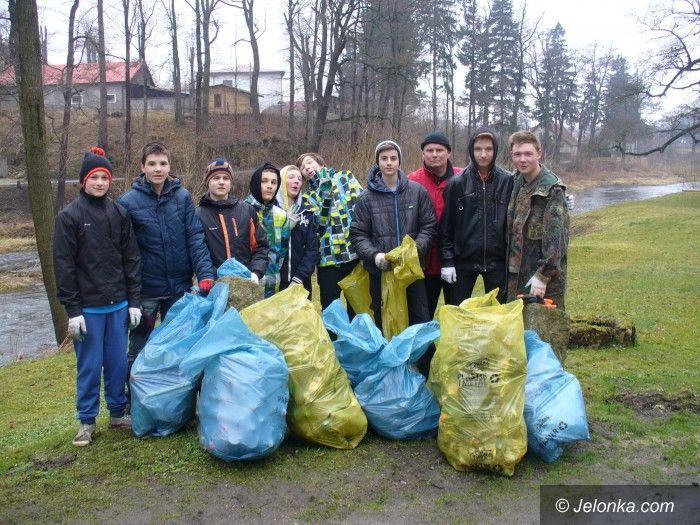 Janowice Wielkie: Młodzież sprzątała brzegi Bobru