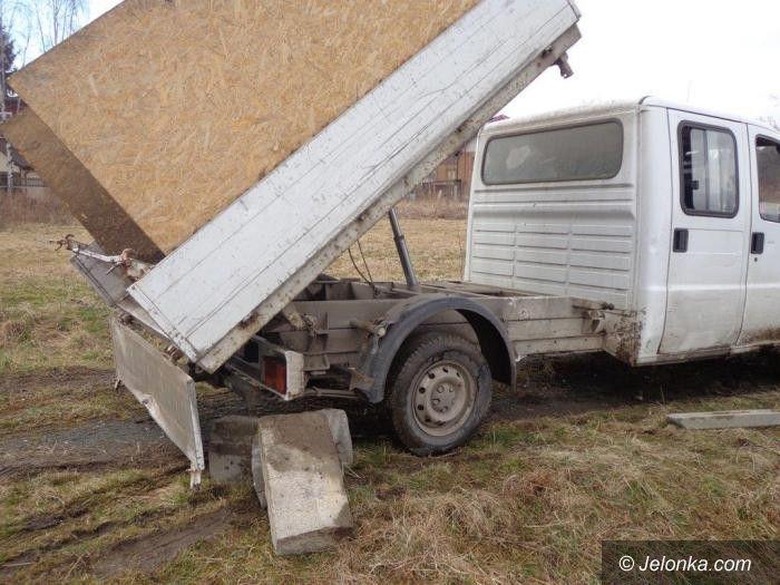 Jelenia Góra: Najechał na nogę przy wyciąganiu samochodu z błota