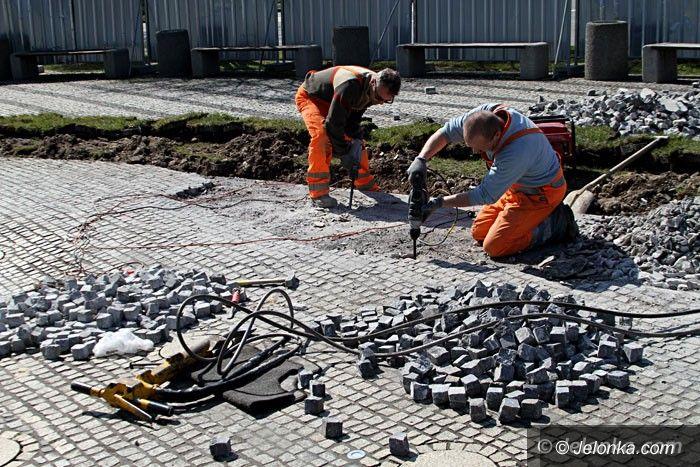 Jelenia Góra: Naprawiają fontannę przy ul. Wolności