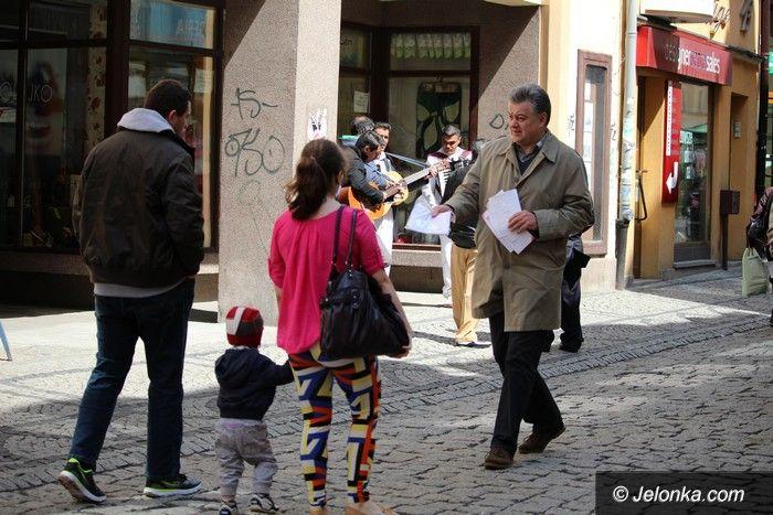 Jelenia Góra: Działacze PiS–u rozdawali mieszkańcom flagi i ulotki wyborcze
