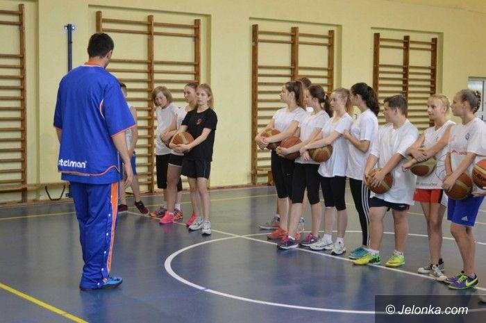 Jelenia Góra: Lekcja wychowania fizycznego z udziałem koszykarza