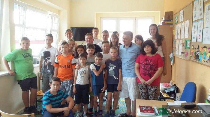 Karpacz: Ryszard Kiełek czytał chorym dzieciom w Karpaczu