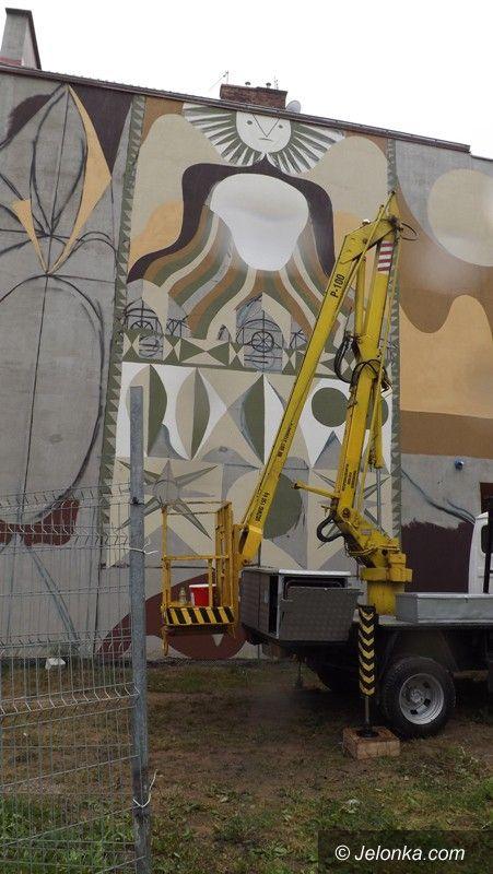 Jelenia Góra: Górski wędrowiec na  Sudeckiej, czyli nowy mural