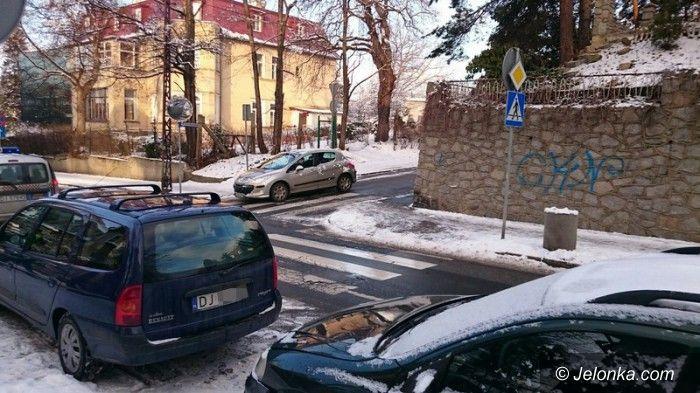 Jelenia Góra: Parkują auta na przejściu dla pieszych